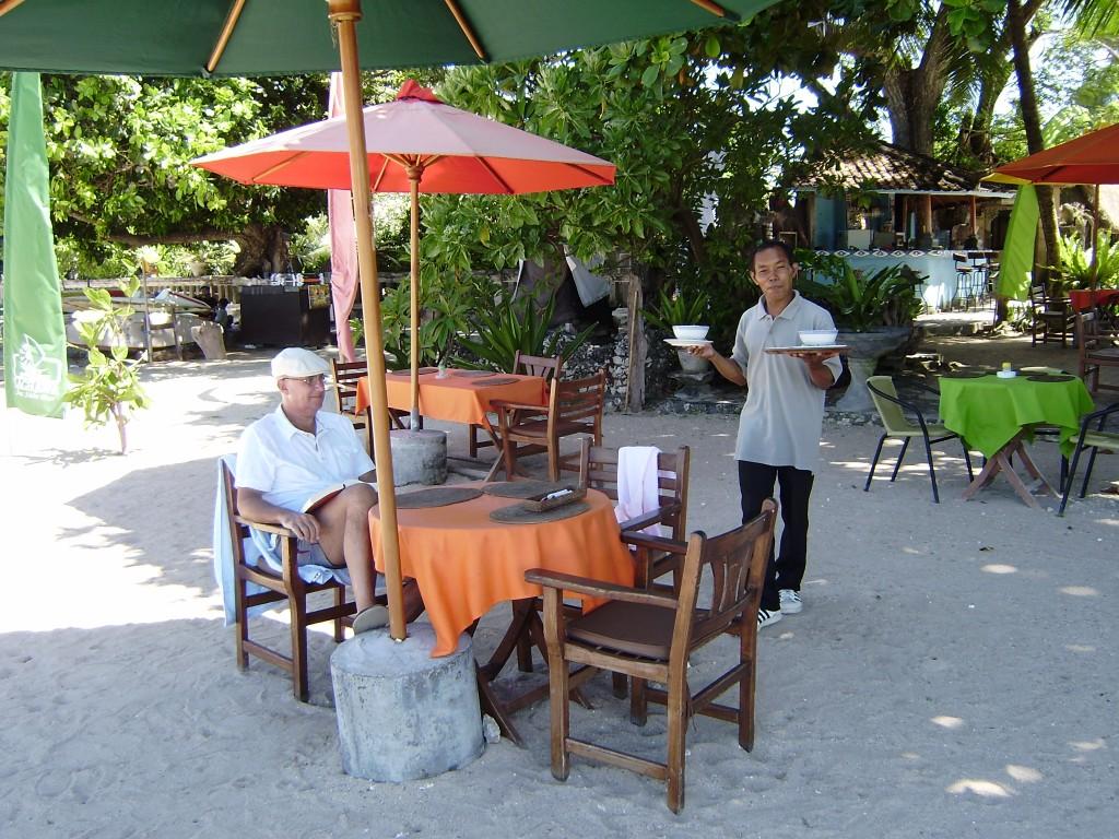 Lekker lunchen bij het Restaurantje aan het strand bij het appartement in Sanur op Bali.