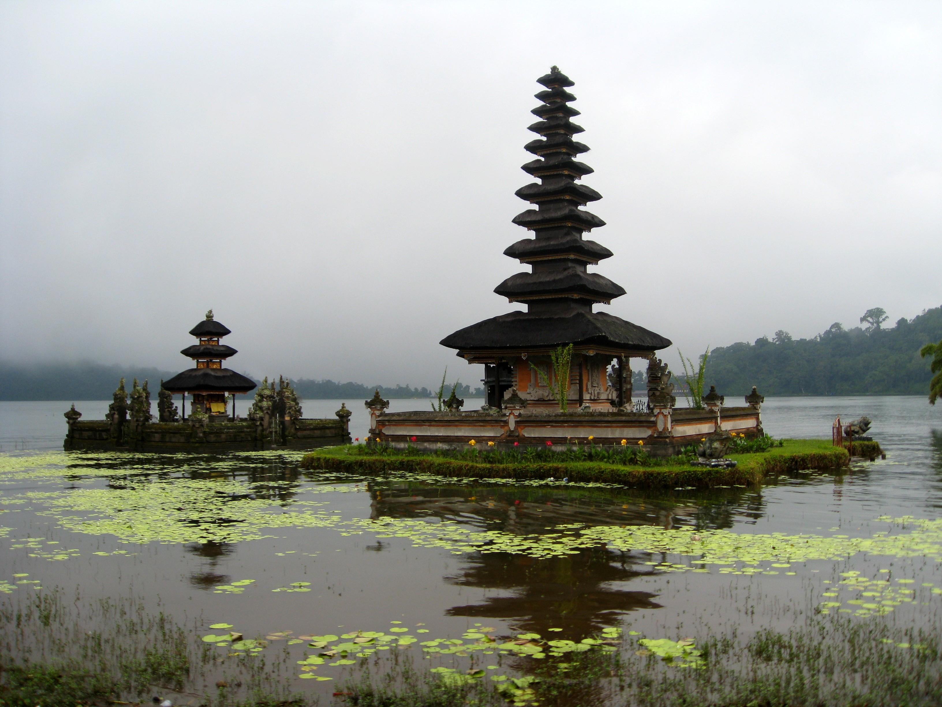Tempel in meer op Bali