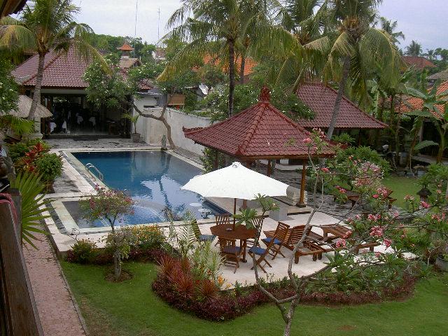 Overzichtsfoto van de tuin bij het appartement op Bali in Sanur