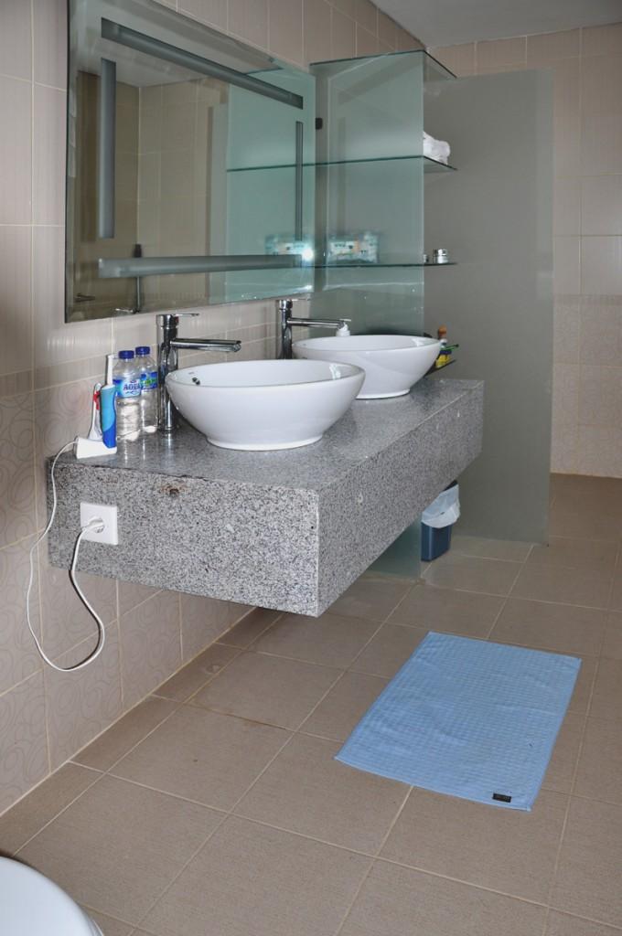 Een van de badkamers in het appartement in Sanur