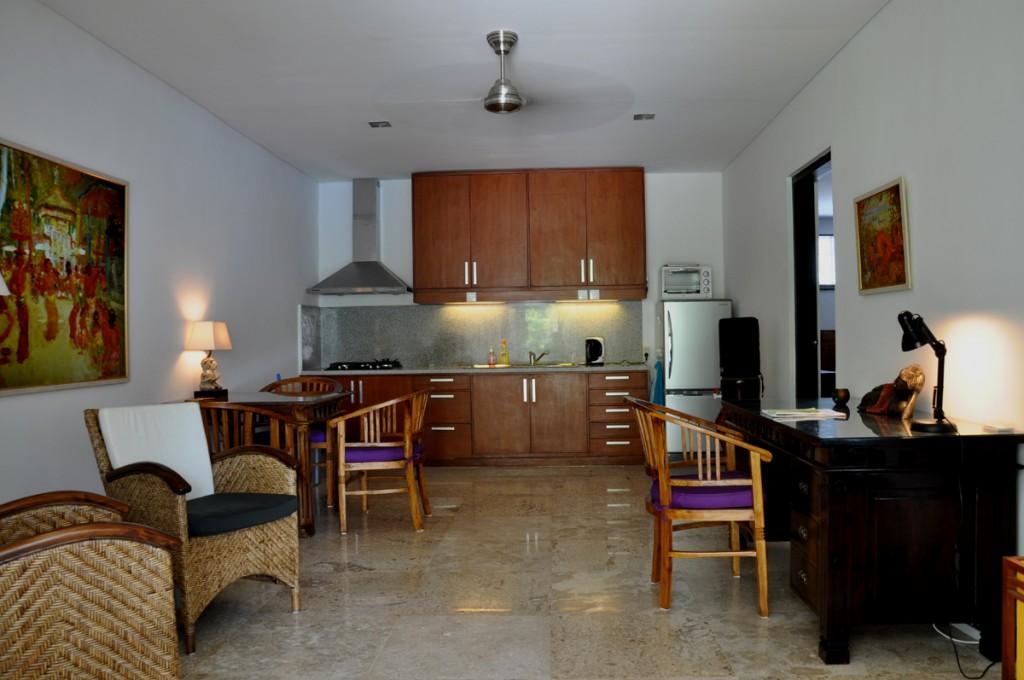 De compleet uitgeruste keuken van het appartement in Sanur