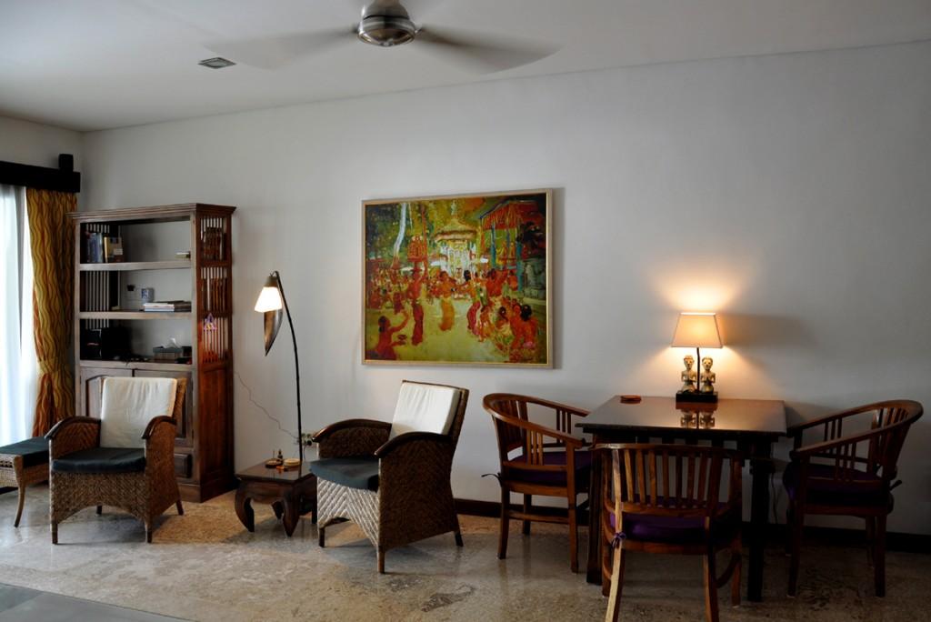 Woonkamer met eettafel en comfortabele stoelen.
