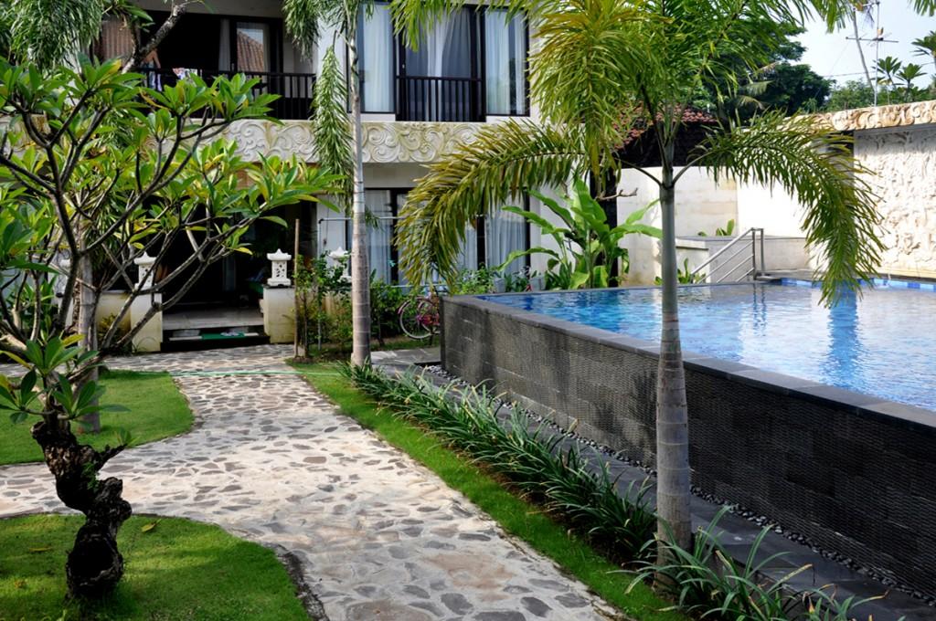 Het zwembad licht vlak bij het terras van het appartement in Bali